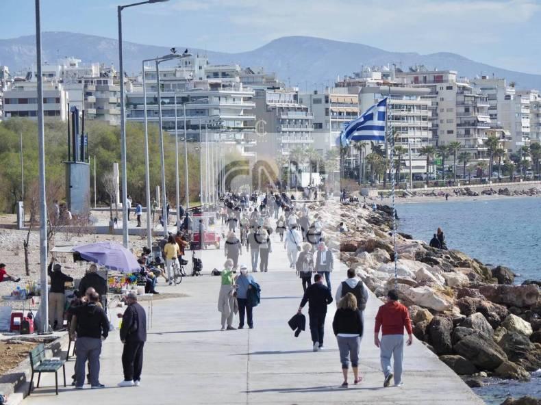 https://cdn.cnngreece.gr/media/news/2021/02/06/253476/photos/snapshot/athinaioi-savvato-floisvos-paralia-7.jpg