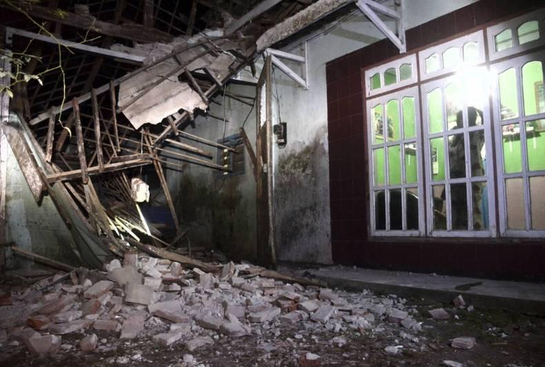 https://cdn.cnngreece.gr/media/news/2021/04/10/261618/photos/snapshot/seismos-stin-indonisia-3.jpg