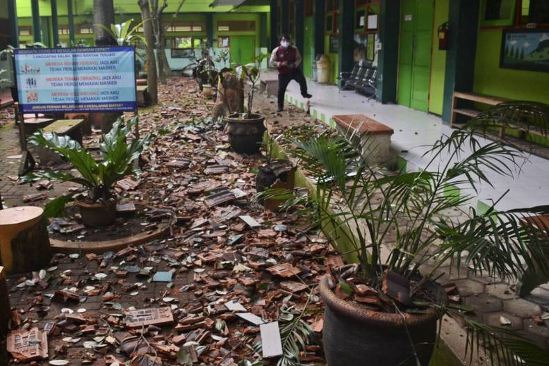 https://cdn.cnngreece.gr/media/news/2021/04/10/261618/photos/snapshot/seismos-stin-indonisia-4.jpg