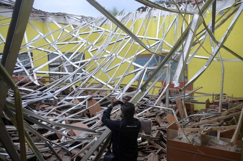 https://cdn.cnngreece.gr/media/news/2021/04/10/261618/photos/snapshot/seismos-stin-indonisia-5.jpg