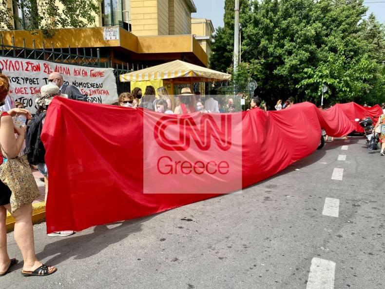 https://cdn.cnngreece.gr/media/news/2021/06/22/271081/photos/snapshot/gunaiktonia-sugketrosi-3.jpg
