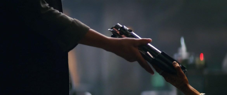 Maz Kanata donnant le sabre-laser de Luke Skywalker à Leia dans Le Réveil de la Force