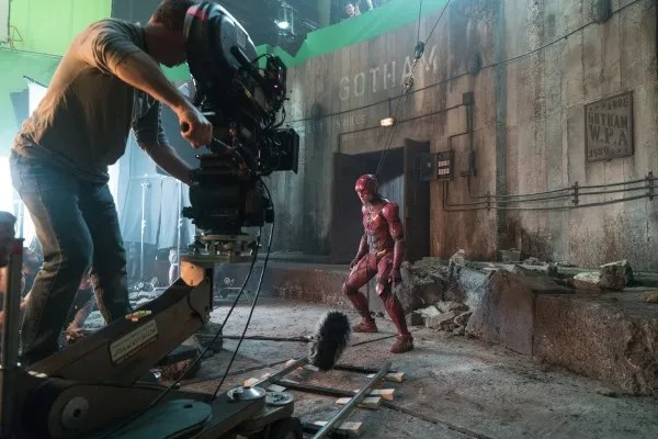justice-league-ezra-miller-set-photo