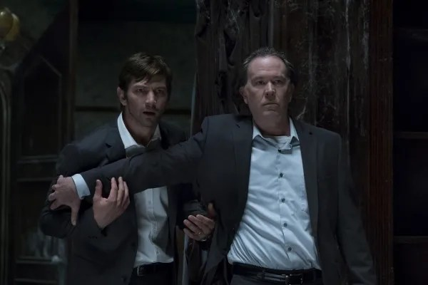 the-haunting-of-hill-house-michael-huisman-timothy-hutton