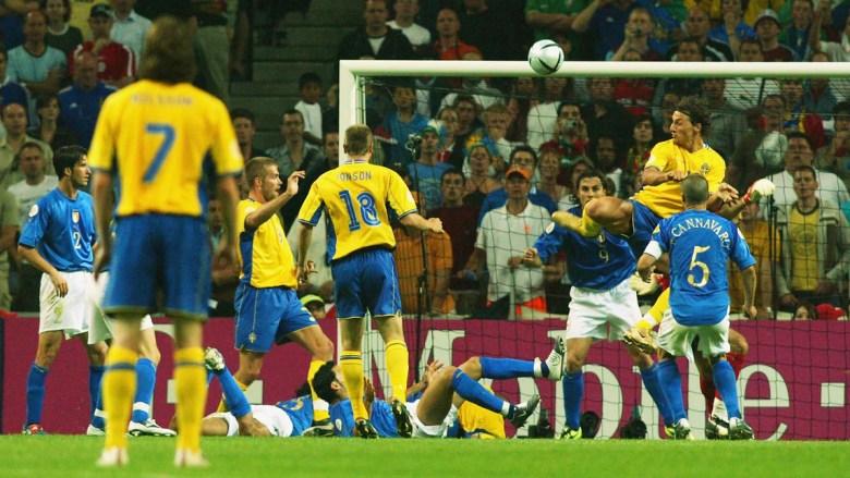 Il gol di tacco di Zlatan Ibrahimovic che ferma l'Italia sul pareggio a Euro 2004. In seguito quel risultato condannerà gli azzurri, eliminandoli dal torneo. Foto: Getty Images.