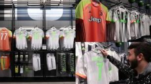 Juve, the fluo kit for sale in the stores