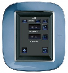 Il dispositivo touch screen segnala in tempo reale consumi e costi di elettricità, gas e acqua. Display con sistema di visualizzazione dei consumi di BTicino (costa 700 euro)