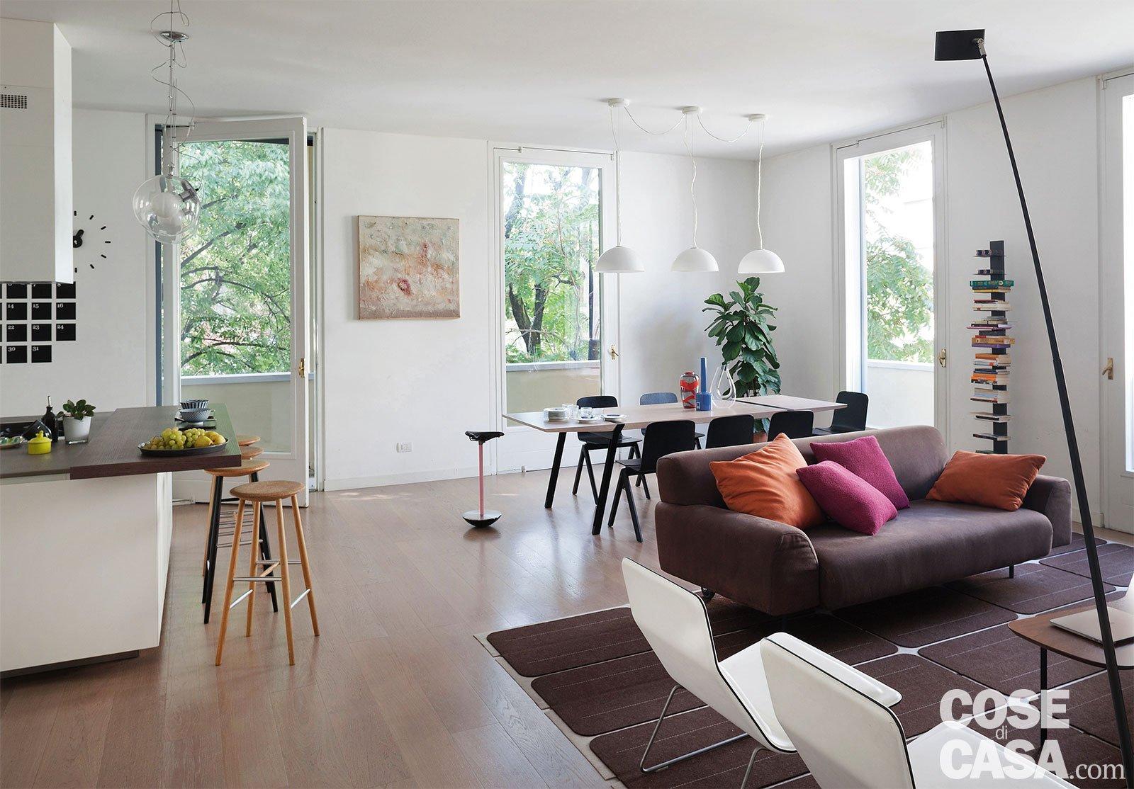 Vediamo insieme diverse soluzioni per trasformare in open space la cucina ed il salotto, recuperando spazio. Una Casa Con Il Soggiorno Open Space Che Diventa Piu Grande E Un Bagno Che Si Splitta In Tre Cose Di Casa