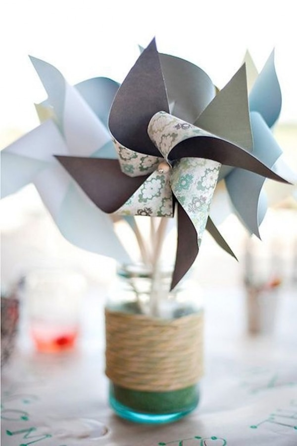 22 Eye-Catching & Inexpensive DIY Wedding Centerpieces: Paper Pinwheels Centerpiece Idea | thegoodstuff