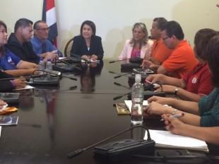 La ministra de Educación los representantes gremiales reunidos por la falta de pago de los educadores. CRH.