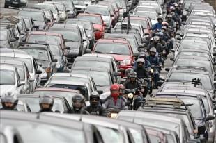 Una de las ventajas de aplicarse la jornada es que ingresarían menos vehículos al GAM, según revela un estudio. (Imagen con fines ilustrativos. EFE/Archivo).