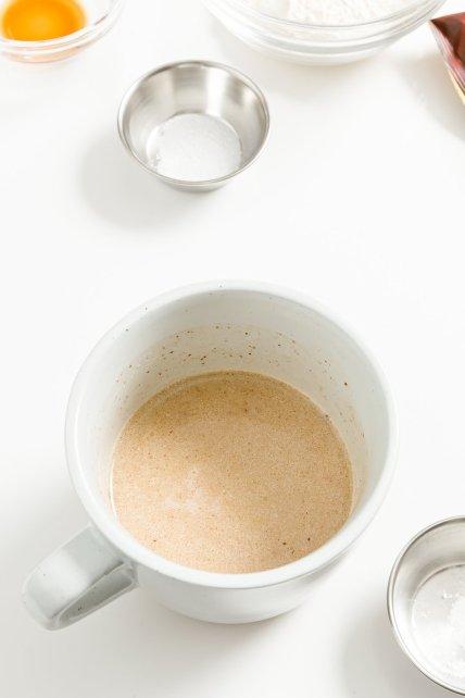 Mantequilla derretida, leche y chocolate en una taza