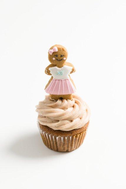 un cupcake de pan de jengibre con un hombre de pan de jengibre encima
