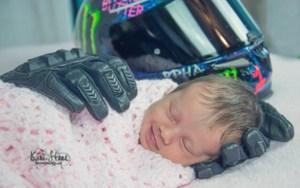 Foto de bebê segurada por luvas do pai morto antes de seu nascimento viraliza. Saiba a história