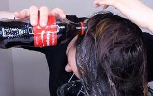 Esta mulher lava o cabelo com Coca-Cola e sabe qual é o resultado? Você não vai acreditar?