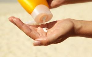 Maneiras divertidas e úteis de reutilizar um protetor solar vencido.