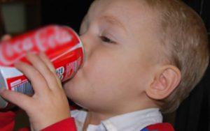 Saiba o motivo do refrigerante ser odiado pelos médicos. Veja o que ele faz em seu corpo