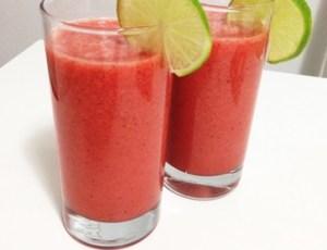 Suco refrescante de frutas vermelhas