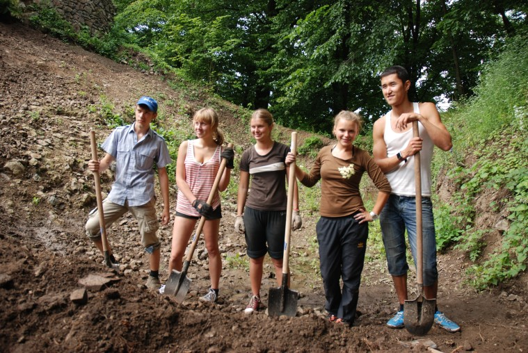 EVS_volunteer_project_within_Nevitsky_Castle_reconstruction