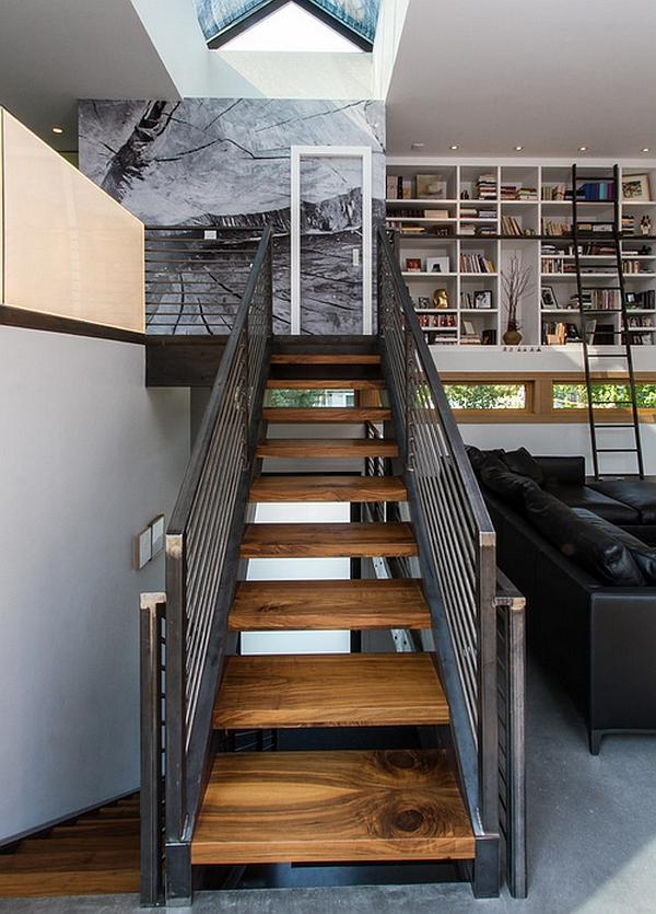 De estilo industrial altillo con escalera de madera y barandilla de metal
