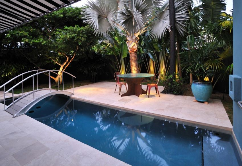 10 Beautiful Gardens with Tropical Plants on Tropical Backyards  id=39706