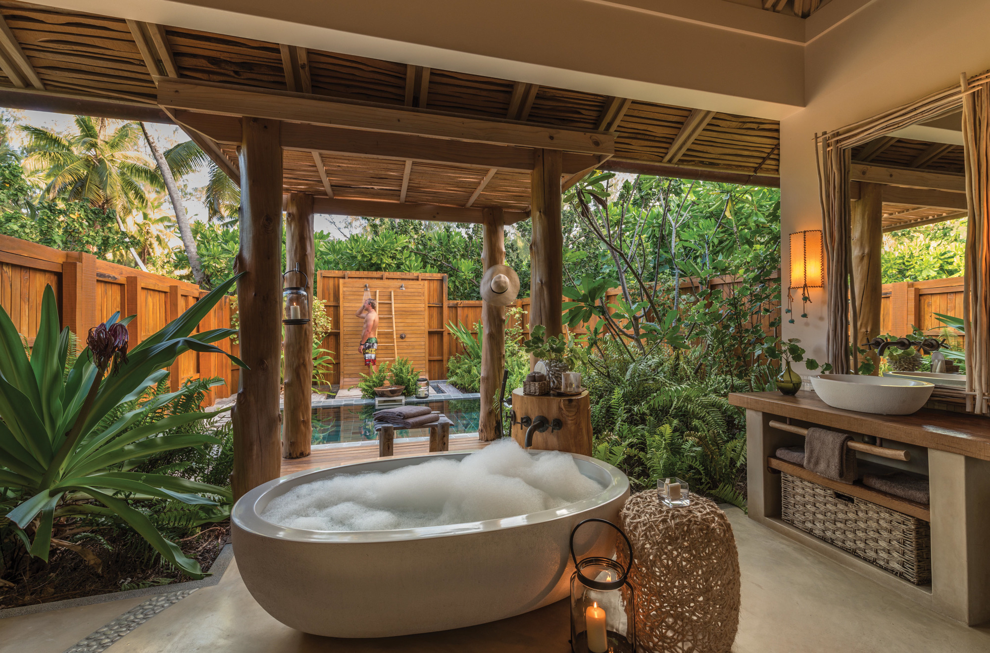 Epitome of Luxury: 30 Refreshing Outdoor Showers on Backyard Bathroom Ideas  id=38493
