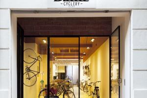 Bullit Cyclery Dark Bike Shop Valencia Gets Breezy