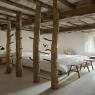 Exposed Ceiling Beams Wooden Pillar Rustic Bedroom