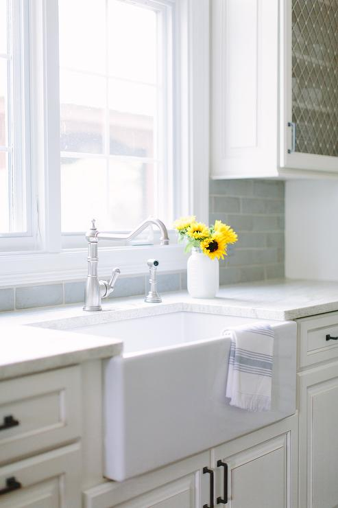 small farmhouse kitchen sink and