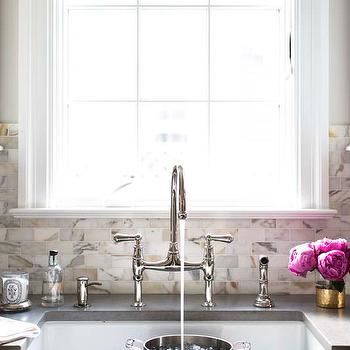 calcutta gold marble backsplash design