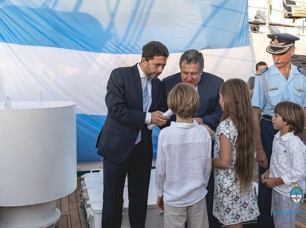 Ramón Puerta encabezó acto de promesa a la bandera ante la Fragata Libertad