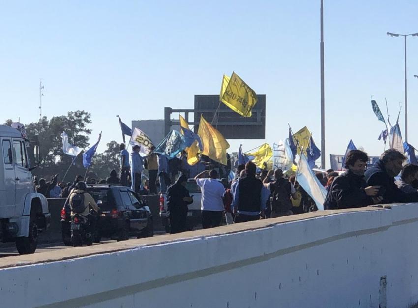 Protesta en el acceso Oeste: choferes cortan la autopista y la Gendarmería desvía el tránsito