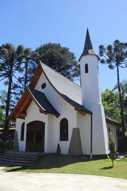 Capela Ecumênica ergue-se entre Araucárias centenárias e integra-se à paisagem de uma forma espantosa e equilibrada