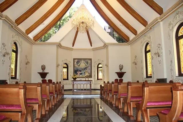 Estávamos no interior do templo e a manhã da primavera trazia canto de pássaros e raios de sol que entravam pelos vitrais e refletiam em um grande lustre