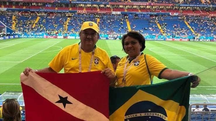 Adelcio e Iolanda Torres em um dos jogos do Brasil na Copa. Servidora assinou livro de ponto antes de viajar com o marido para a Rússia.