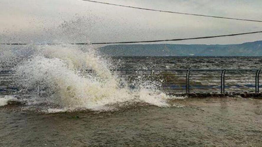 Moradores locais registraram o momento em que ondas enormes inundaram as bordas do lago