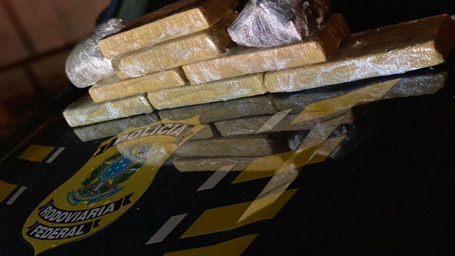 Para esconder a droga, os homens usaram um fundo falso no veículo