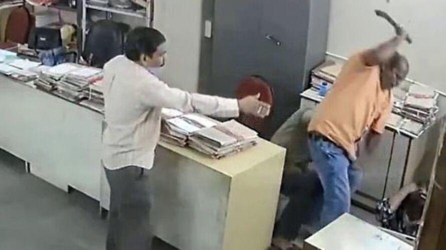 Imagem ilustrativa da notícia Imagens fortes! Homem agride mulher que pediu a ele para usar máscara