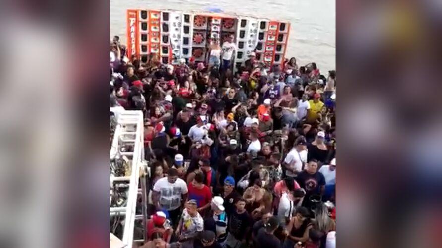 Festa de aparelhagem realizada em balsa tem aglomeração e pessoas sem máscara.