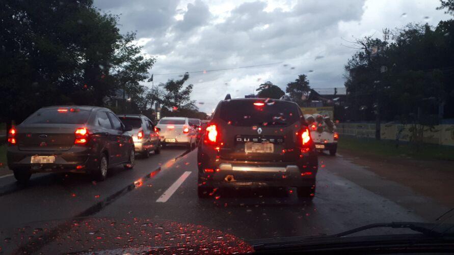Trânsito lento para entrar em Belém no início da noite desta segunda-feira