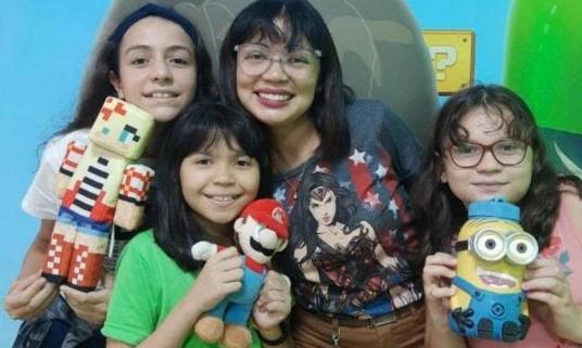 Da esquerda para a direita: Maria Eduarda, 12 anos; Maria Clara, 10 anos; Ana Anjos - mentora; e Giovana Nascimento 10 anos