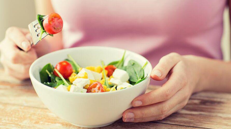 A presença de vitaminas, fibras e outras substâncias na dieta, colaboram para que não aconteçam alterações celulares e ajudam principalmente na defesa natural do corpo contra agentes cancerígenos.