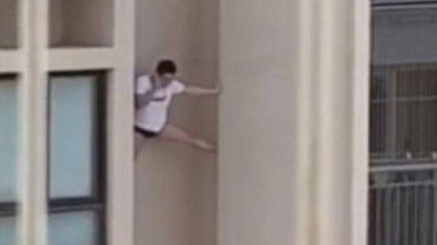 O homem fugiu pela fachada do prédio só de cueca e camiseta
