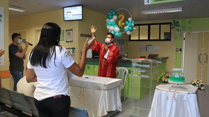 A comemoração reuniu profissionais de saúde, diretores administrativos e religiosos respeitando todos os protocolos de segurança.