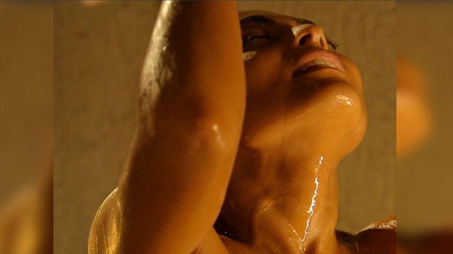 Juliana Paes revelou técnica usada para cobrir partes íntimas em cenas de sexo e nudez.