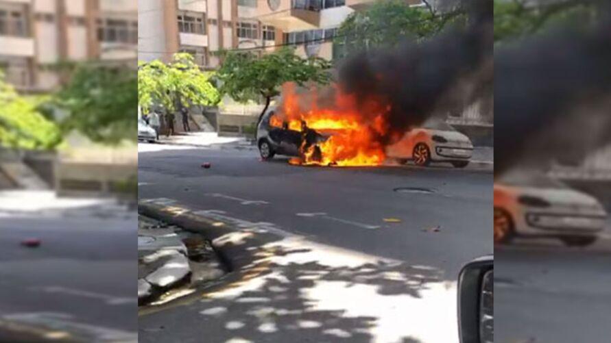 Um dos veículos atingido pelas chamas teve perde total.