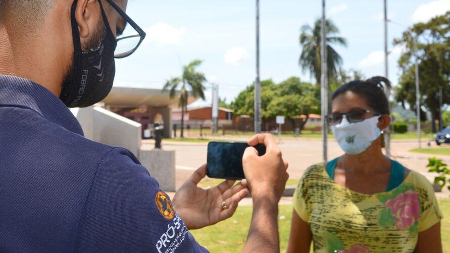 Profissional registra pergunta de paciente do Hospital Regional do Baixo Amazonas, em Santarém (PA), para a campanha Outubro Rosa.