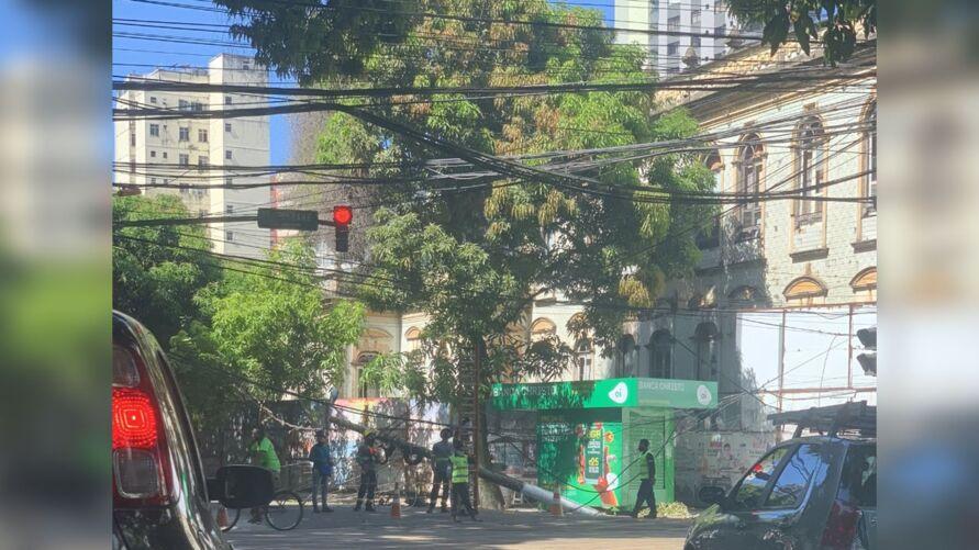 Poste caiu, interditando parte da travessa Doutor Moraes, em Belém.