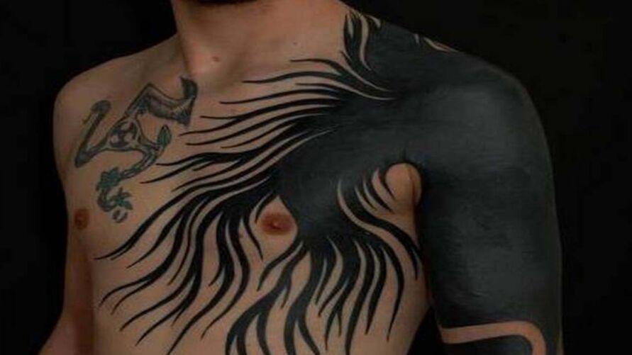 O estilo ocupa grandes partes do corpo com tinta preta chapada