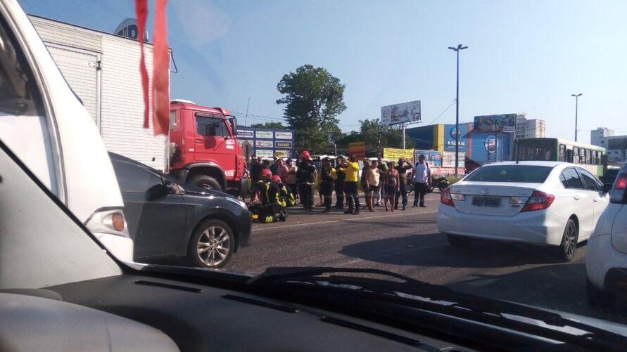 A passageira da moto foi arremessada para debaixo do caminhão.